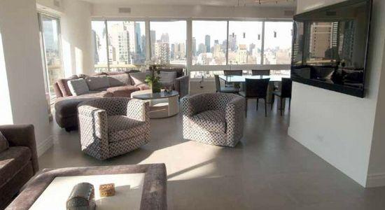 В резиденции семьи Дебби и Марка Куперов со всех сторон гостиной, состоящей из кухни, столовой, бара и различных уголков для бесед, открывается восхитительный вид на небоскребы Нью-Йорка.