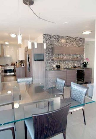 Ракурс гостиной: столовая и кухня.
