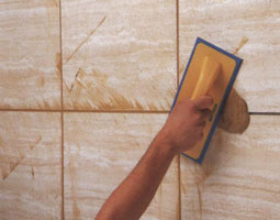 Затирка для швов плитки наносится резиновым шпателем