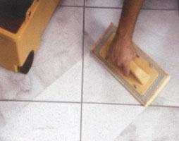 удаление излишков затирки нужно производить влажной губкой. стоит поспешить с этой процедурой, поскольку чем позже вы начнете, тем сложнее будет удалить ее с плитки