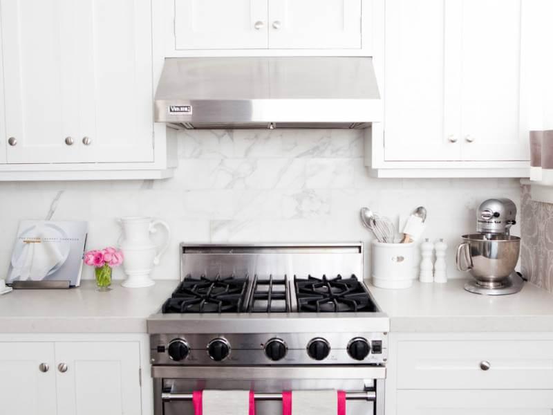 Керамогранит «под мрамор» — популярный вариант отделки для кухонного фартука