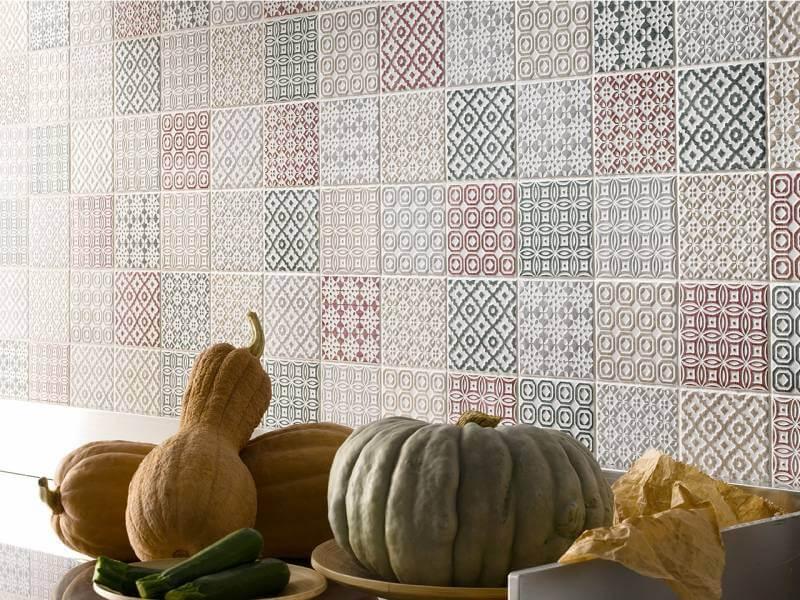 Керамический фартук над рабочим столом стал выразительной декорацией стандартной кухни