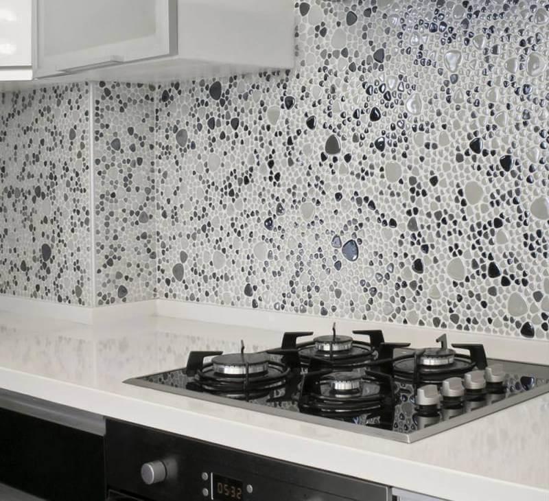 Плитка «морские камешки» на фартуке кухни