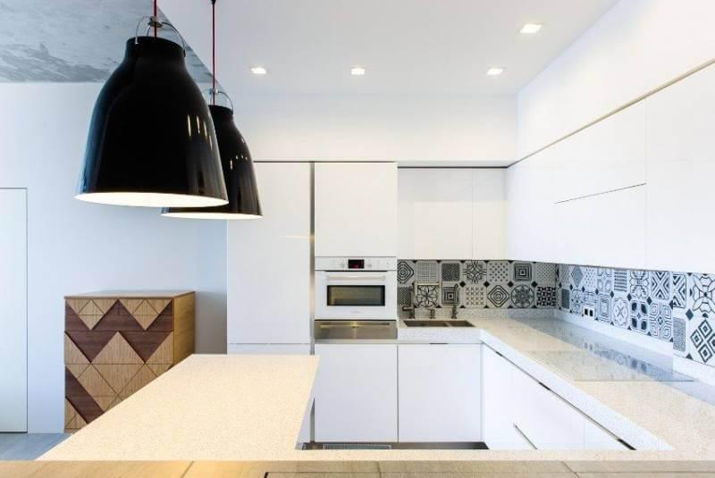 Кафель с монохромным орнаментом на рабочей стенке кухни