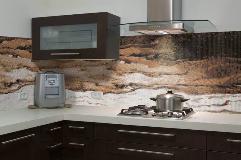 Полотно в рабочей зоне кухни из мозаики