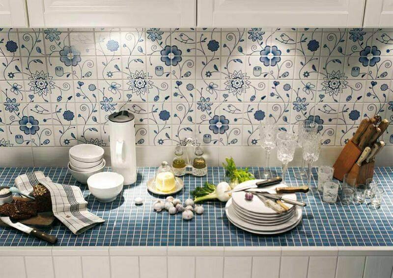 Кухонный фартук над рабочим столом с флористическими мотивами