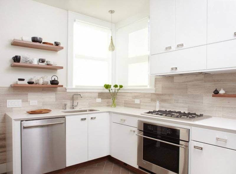 Керамогранитная плитка с текстурой дерева на фартуке кухни