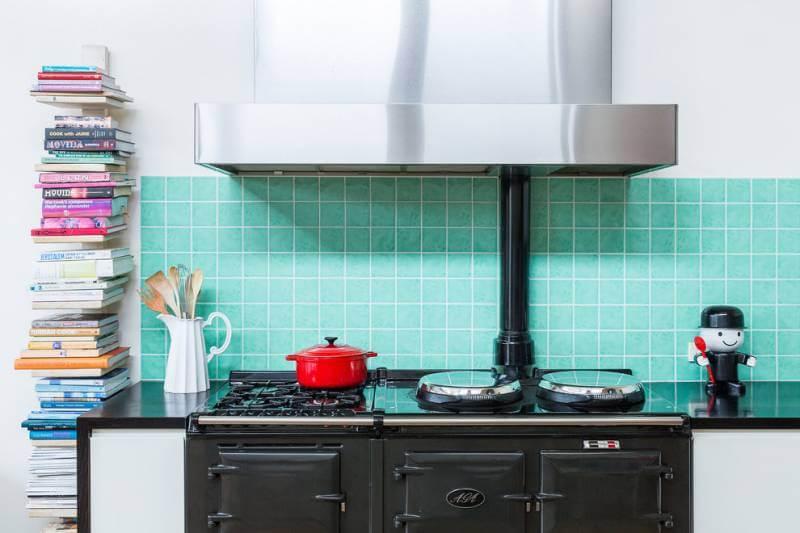 Изумрудный кафель формата 10х10 отлично вписался в концепцию миниатюрной кухни