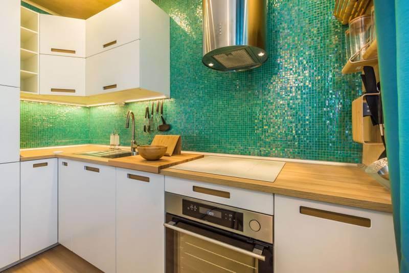 Рабочая стенка из мозаики на кухне