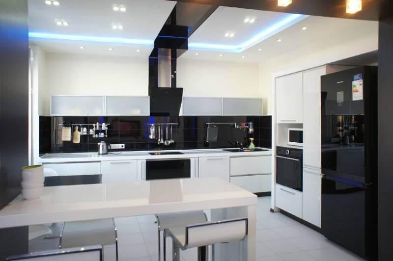 Глянцевая плитка довольно крупного формата необыкновенно органична в проекте просторной кухни