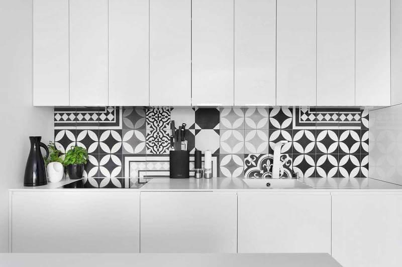 Монохромная плитка с геометрическими мотивами и классическим узором