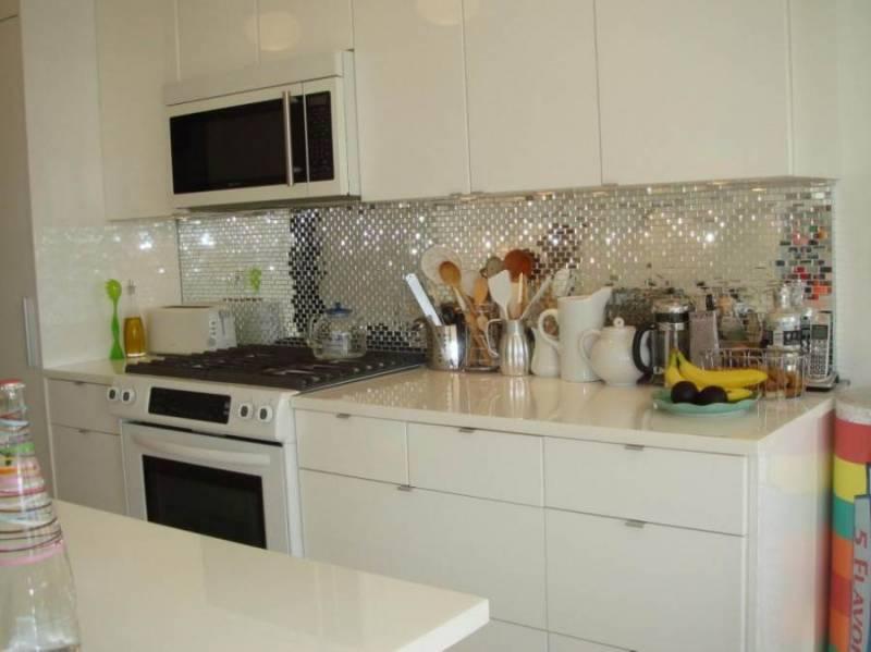 Зеркальная мозаика на фартуке кухни